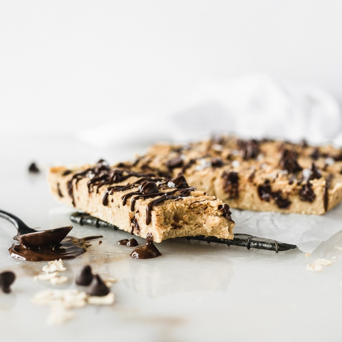 Homemade healthy protein bars that taste like chocolate chip cookies and made with NO protein powder. They're vegetarian, gluten free, and made with healthy ingredients.  via livelytable.com
