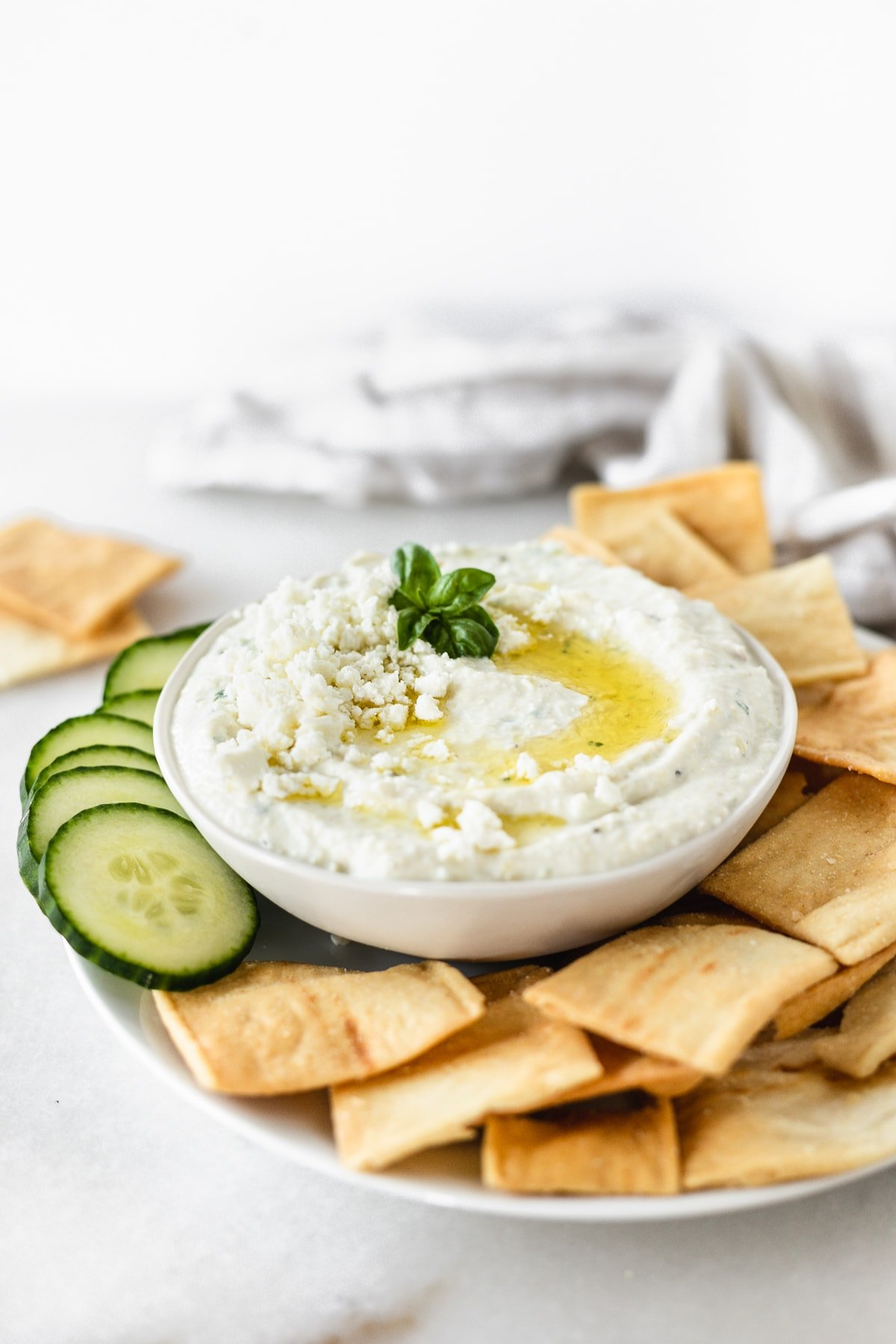 This flavorful and delicious whipped feta artichoke dip is the perfect healthy dip to whip up for summer entertaining! (vegetarian, gluten-free) |Sponsored by @oceanmistfarms| via livelytable.com