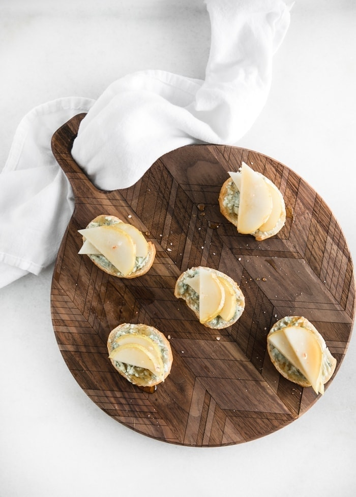 pear blue cheese crostini easy holiday appetizers